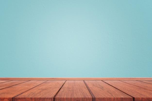 Svuoti la stanza interna con struttura blu-chiaro della parete del cemento e il fondo di legno marrone del pavimento. concetto di interni in stile vintage Foto Premium