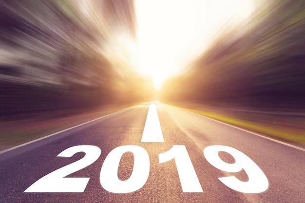 Svuoti la strada asfaltata della sfuocatura ed il concetto 2019 del nuovo anno. guidando su una strada vuota per gli obiettivi 2019. Foto Premium