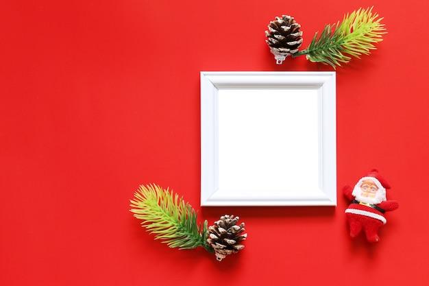 Svuoti la struttura nera della foto e la decorazione di natale su fondo rosso. Foto Premium