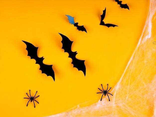 Svuoti la tavola rustica davanti al fondo della ragnatela, il fondo arancio con i pipistrelli e le ragnatele, halloween Foto Premium
