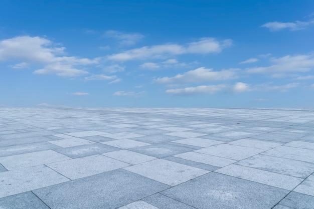 Svuoti le piastrelle per pavimento e il bello paesaggio del cielo