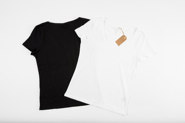 T-shirt bianche e nere con cartellino del prezzo Foto Gratuite
