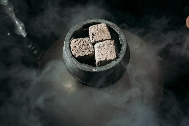 Tabacco aromatizzato al narghilè con ciotola narghilè Foto Premium