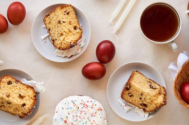 Tabella con il dolce di pasqua e le uova colorate marrone Foto Premium