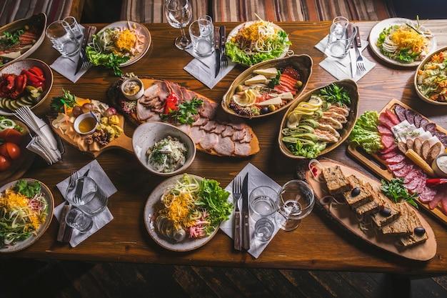 Tabella degli antipasti. varietà di cibo. tavolo per feste di famiglia. foto tonica. vista dall'alto Foto Premium