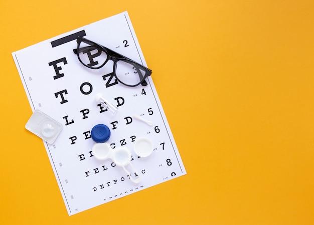 Tabella di alfabeto su fondo arancio con lo spazio della copia Foto Gratuite