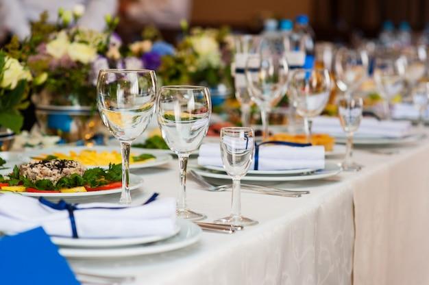 Tabella di cerimonia nuziale servita e decorata in un ristorante Foto Premium