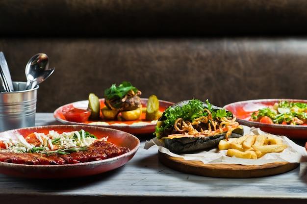 Tabella servita con vari piatti del ristorante. Foto Premium