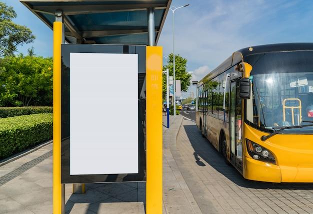 Tabellone per le affissioni della fermata dell'autobus in scena, qingdao, porcellana Foto Premium