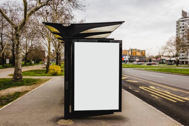 Tabellone per le affissioni di pubblicità in bianco della fermata dell'autobus nella città Foto Gratuite