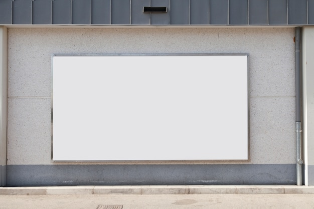 Tabellone per le affissioni di pubblicità in bianco sul muro di cemento Foto Gratuite