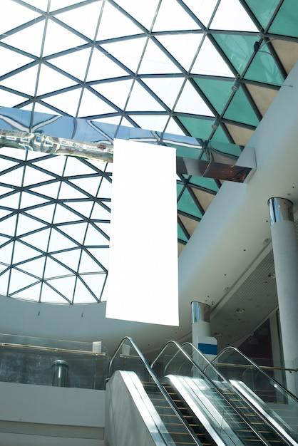 Tabellone per le affissioni di vista inferiore che appende nel centro commerciale Foto Gratuite