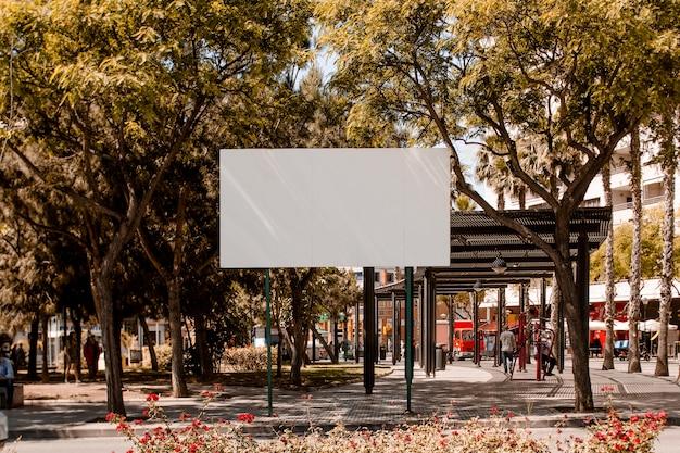 Tabellone per le affissioni in bianco bianco sulla via nella città Foto Gratuite