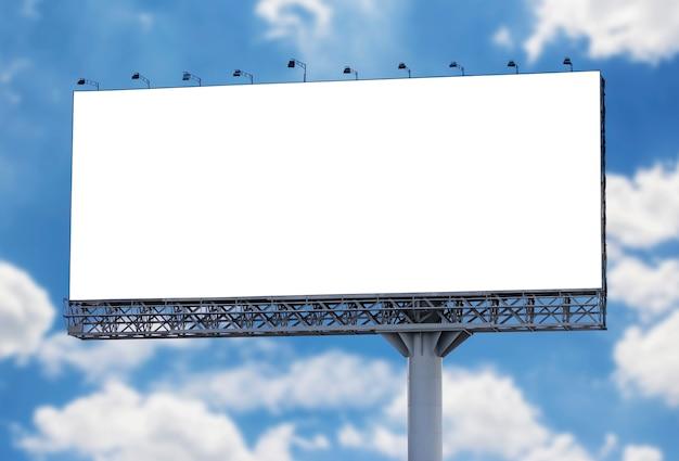 Tabellone per le affissioni in bianco con cielo blu Foto Premium
