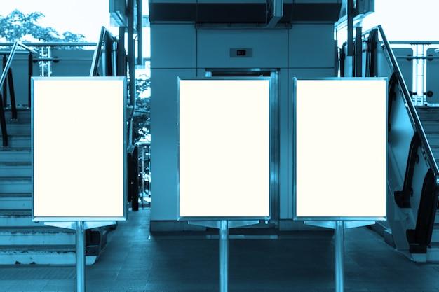 Tabellone per le affissioni in bianco con lo spazio della copia per il vostro messaggio di testo o contenuto, Foto Premium