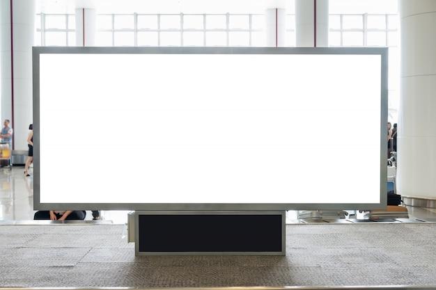 Tabellone per le affissioni in bianco di digital con lo spazio della copia per la pubblicità, informazioni pubbliche nel corridoio dell'aeroporto Foto Premium