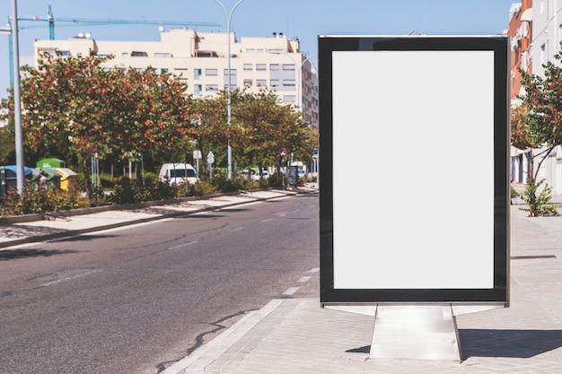 Tabellone per le affissioni in bianco sulla strada della città Foto Gratuite