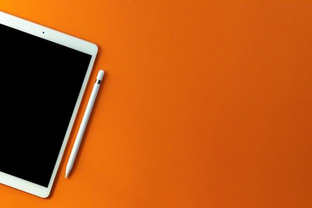 Tablet schermo bianco e matita Foto Premium