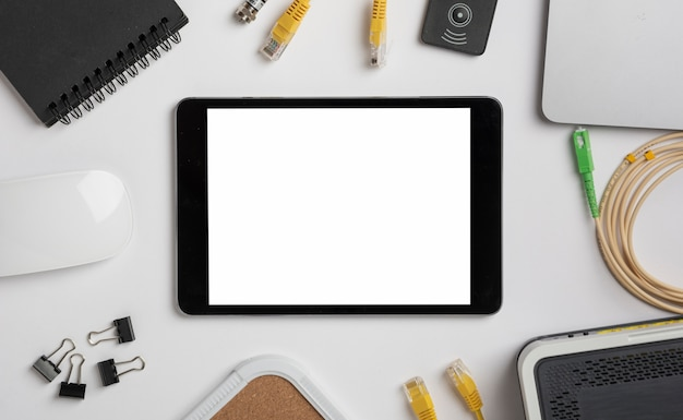 Tablet sul desktop vista mock-up Foto Gratuite