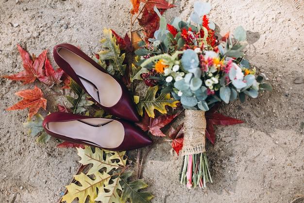 Tacchi donna e bouquet da sposa Foto Gratuite