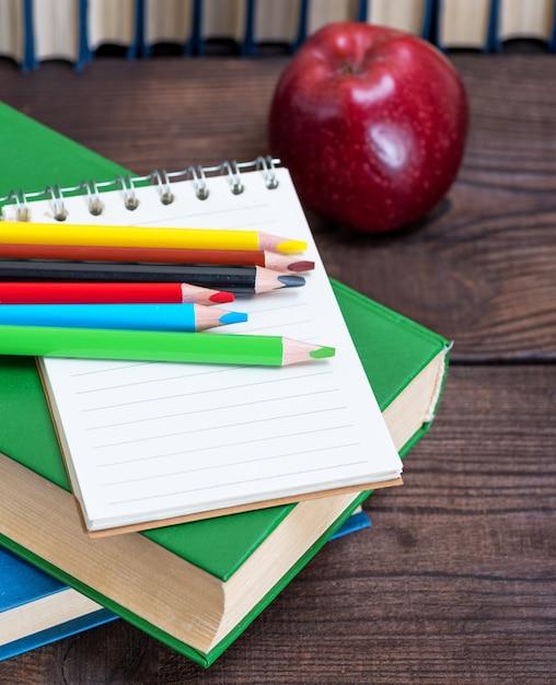 Taccuino aperto vuoto e matite di legno multicolori Foto Premium