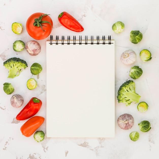 Taccuino e verdure Foto Gratuite