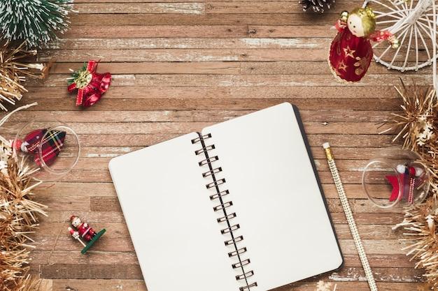 Taccuino in bianco su legno con gli ornamenti di natale Foto Premium