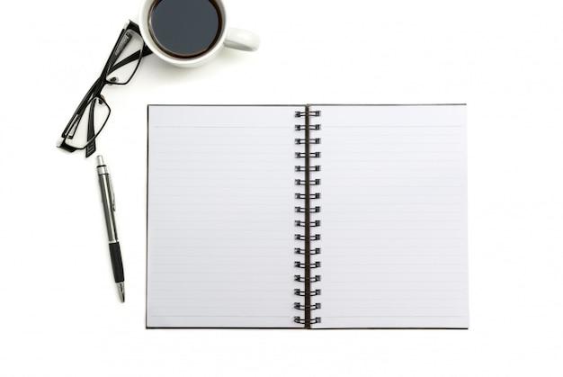 Taccuino, penna e vetri in bianco di vista superiore sul fondo bianco dello scrittorio Foto Premium