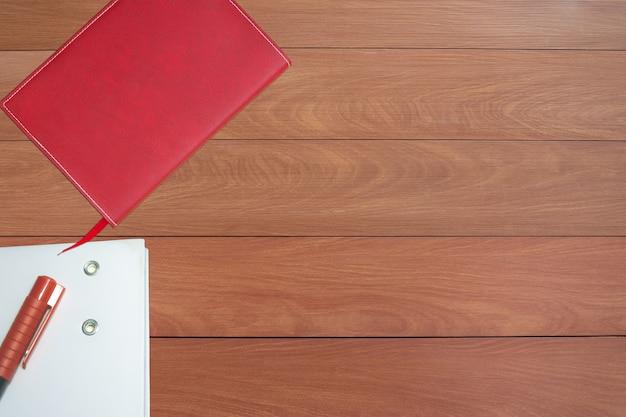 Pavimento Rosso E Bianco : Taccuino rosso e bianco con la penna sul pavimento di legno