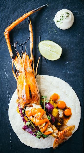 Taco con gamberi o gamberetti e salsa Foto Gratuite