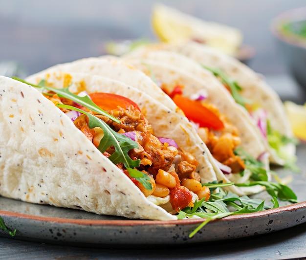 Tacos messicani con carne di manzo, fagioli in salsa di pomodoro e salsa Foto Gratuite