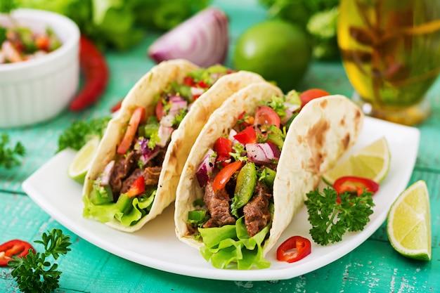 Tacos messicani con carne di manzo in salsa di pomodoro e salsa Foto Gratuite