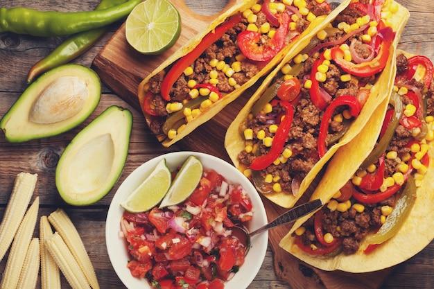 Tacos messicani con carne macinata, verdure e salsa. Foto Premium