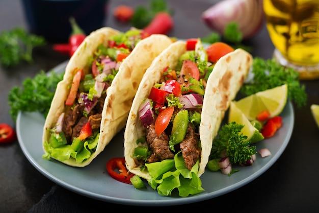 Tacos messicani con manzo in salsa di pomodoro Foto Premium