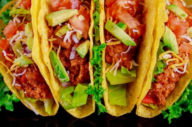 Tacos vegetariani con tortilla e verdure grigliate Foto Premium