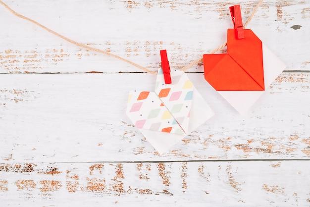 Tag di carta con perni che si attaccano al filo Foto Gratuite