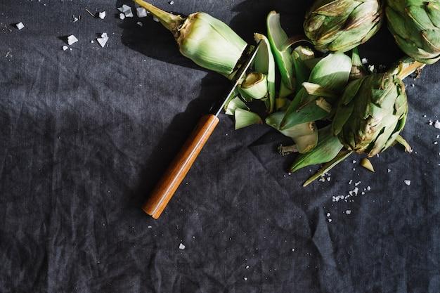 Tagliare carciofi e coltello Foto Gratuite