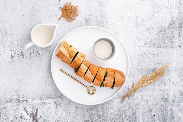 Tagliare fette di pane baguette e salsa all'aglio Foto Gratuite