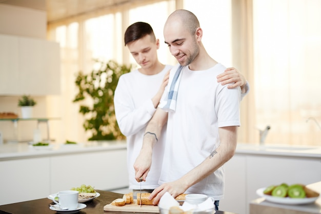 Tagliare il pane a colazione Foto Gratuite