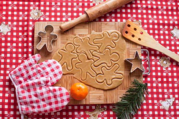 Tagliare la pasta biscotto di pan di zenzero per natale Foto Premium