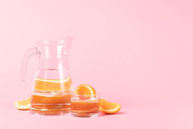 Tagliare le fette di arancia e brocca Foto Gratuite