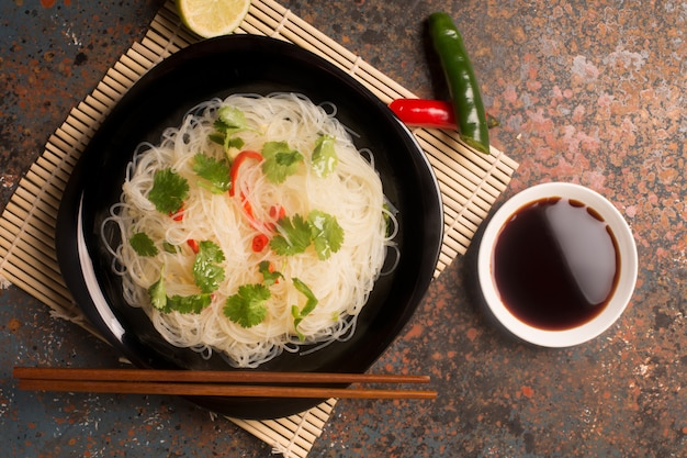 Tagliatella cinese con peperoncino Foto Premium