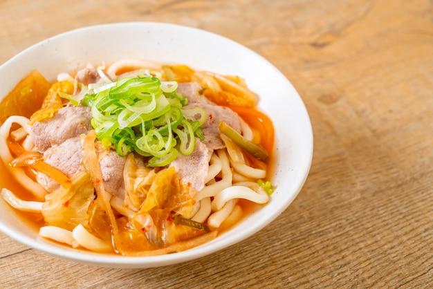 Tagliatella di ramon udon con maiale e kimchi Foto Premium