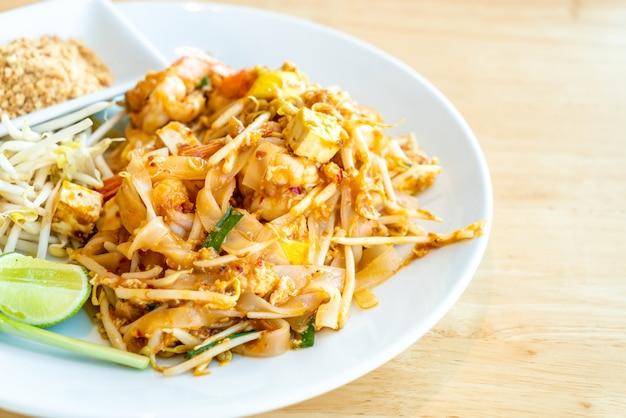 Tagliatella di riso fritto tailandese con gamberetti e gamberetti Foto Premium