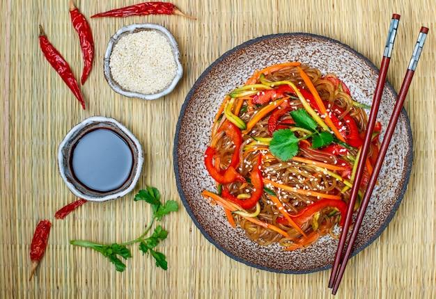 Tagliatelle di amido (riso, patate) con verdure Foto Premium