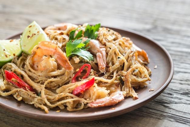 Tagliatelle di riso fritte tailandesi con i gamberi Foto Premium