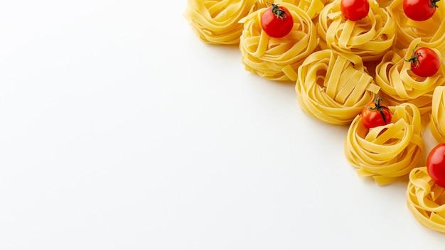 Tagliatelle e pomodorini con spazio di copia Foto Gratuite