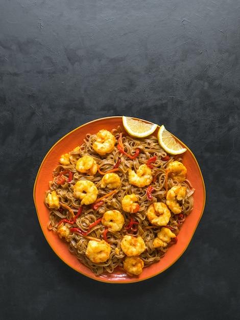 Tagliatelle in padella con gamberi e verdure, vista dall'alto, copia spazio Foto Premium
