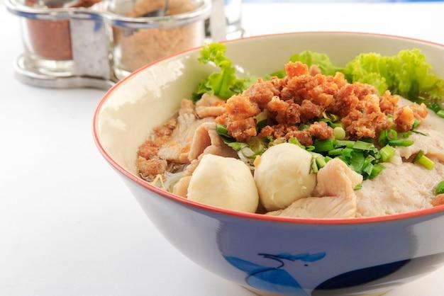 Tagliatelle tailandesi con macchina di maiale e polpetta e verdure fresche e zuppa calda condimento asd Foto Premium