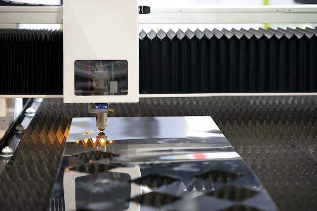 Taglio di metallo con laser Foto Premium